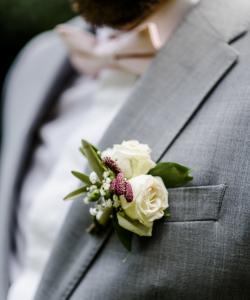 Bruidegom corsage bijpassend bij het bruidsboeket