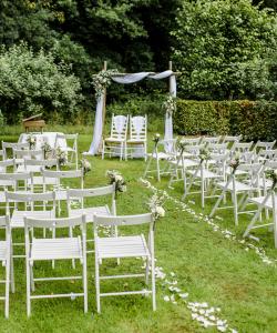 Ceremonie met bloemen en een backdrop
